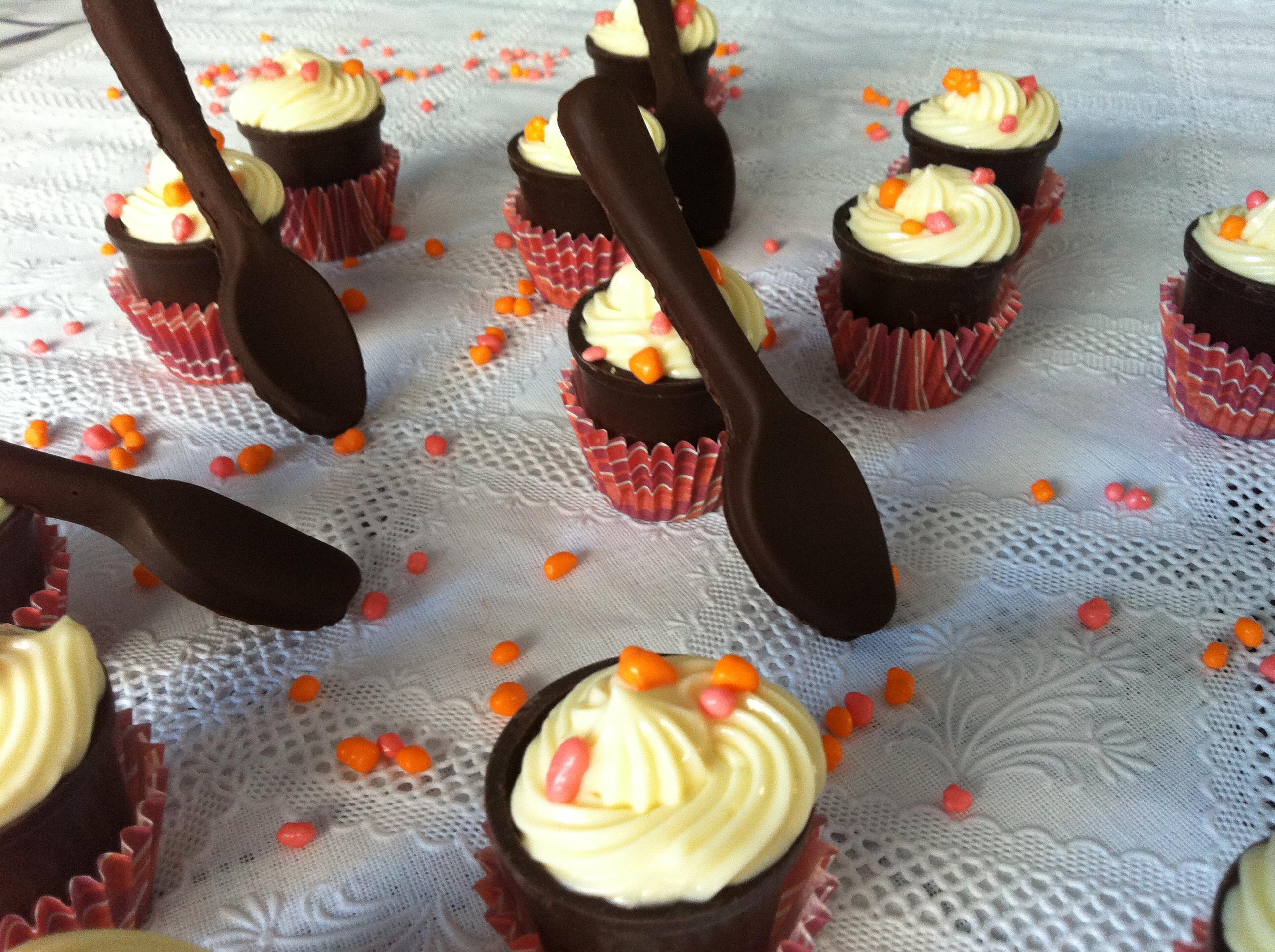 Baño Blanco De Reposteria:de chocolate blanco en vasitos de chocolate negro con ganache de
