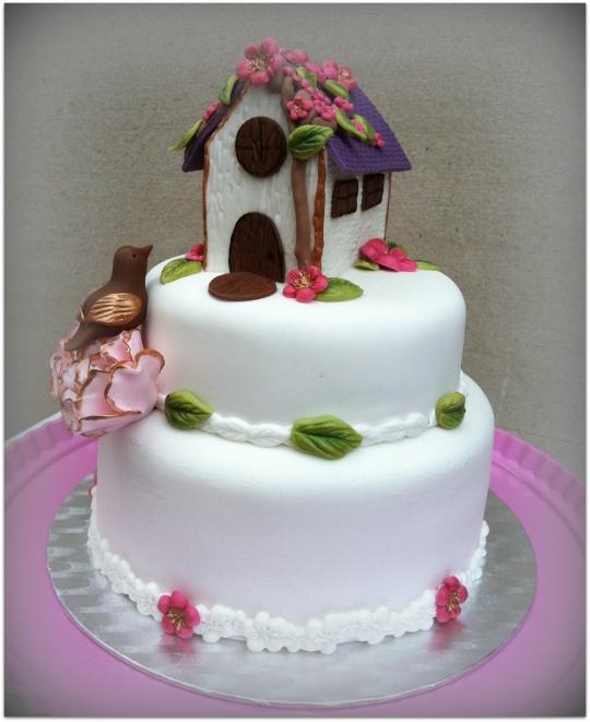 tarta fondant dos pisos con casa y flores