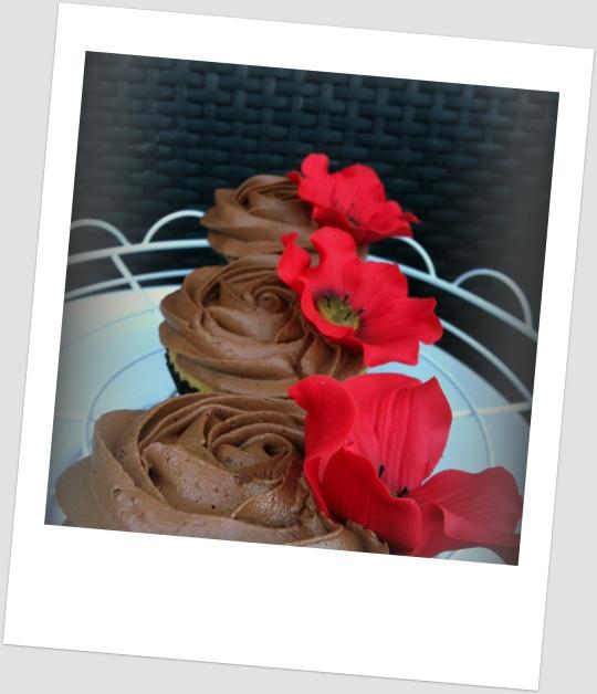 Cupcakes de vainilla y chocolate con flor de fondant
