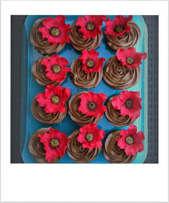Cupcakes de vainilla y chocolate  con flores rojas de fondant