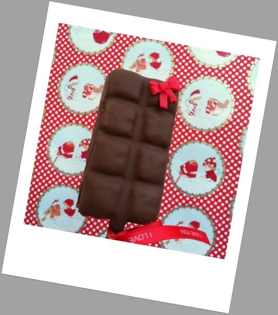 Bizcocho con palo de polo bañado en chocolate