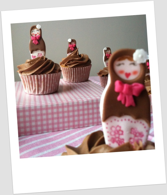 Cupcakes mandarina con nutella decorados con muñecas rusas