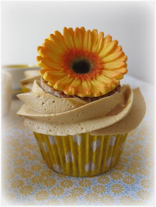 Cupcakes de caramelo con gofres y helado