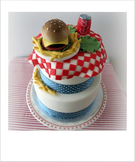 Tarta con mantel y hamburguesa con coca cola