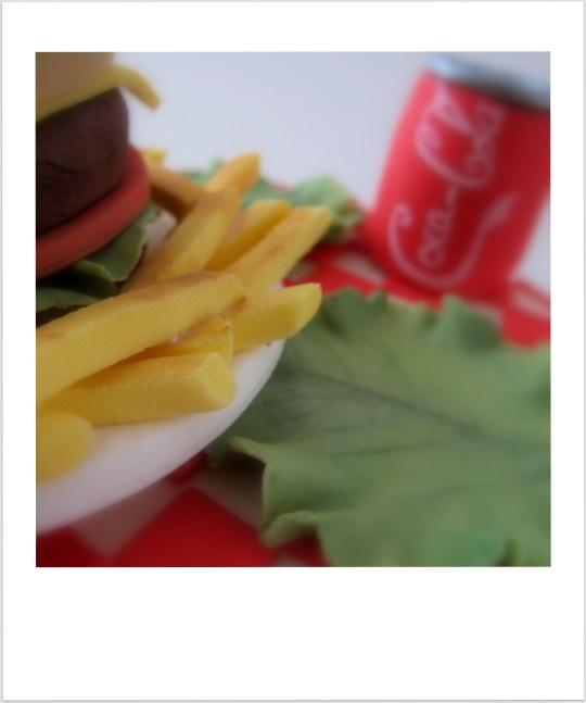 Tarta hamburguesa con patatas y coca cola