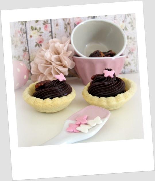 tartaletas de masa quebrada rellenas de ganche de chocolate con nueces