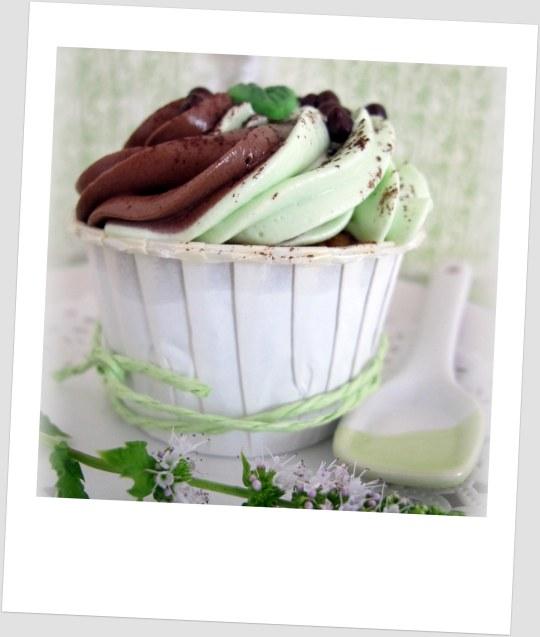 Cupcake de chocomenta con buttercream de dos sabores