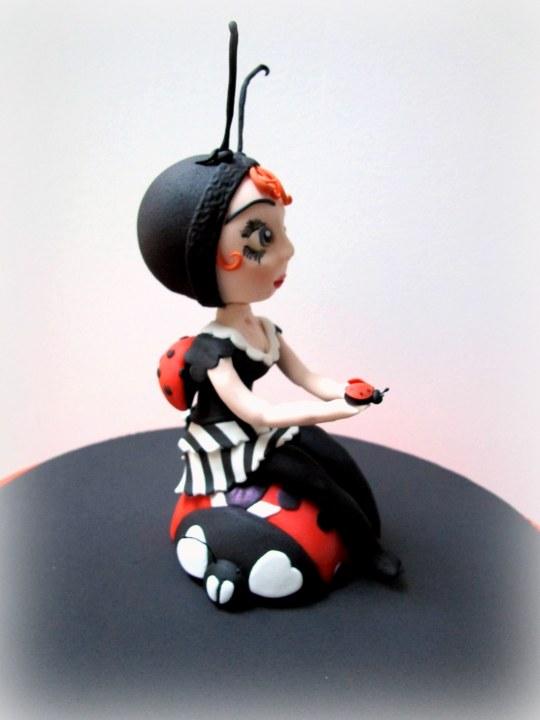 Muñeca fondant mariquita