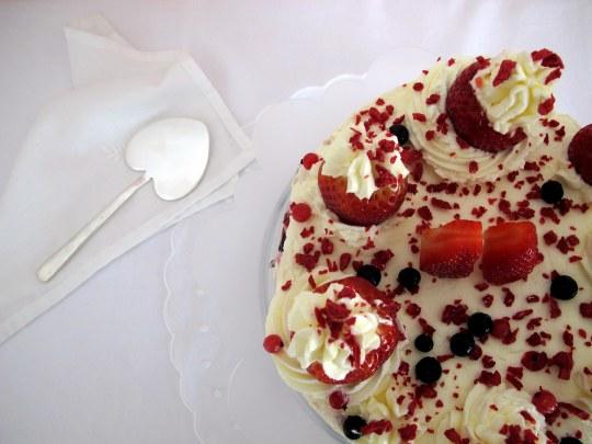 Tarta de queso con fresas y nata