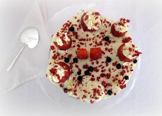 Tarta de queso y nata con frutos rojos