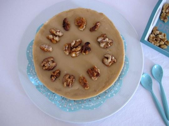 Tarta de queso con nueces glaseada con nueces caramelizadas