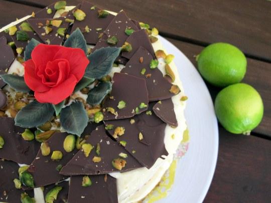 Tarta de pistachos y lima con rosa roja de fondant