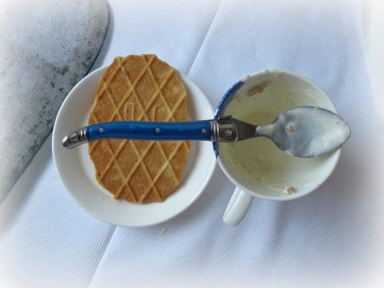 Helado casero de leche condensada y nata con galletas