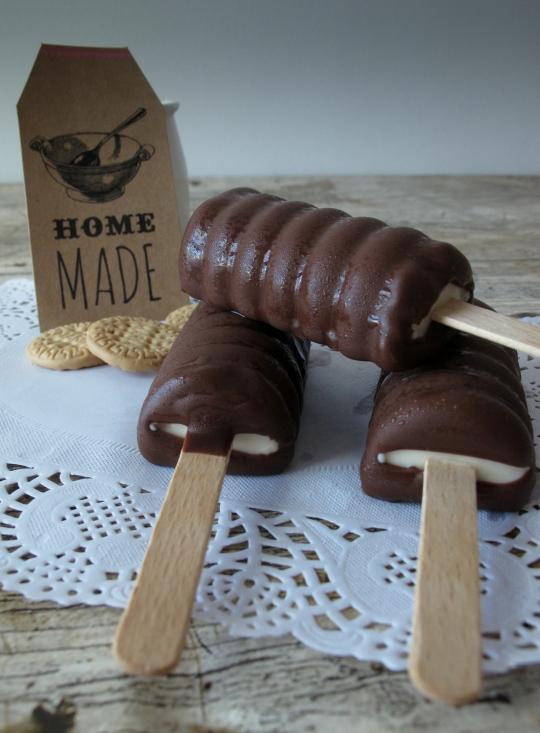 Polos de galleta bañados en chocolate